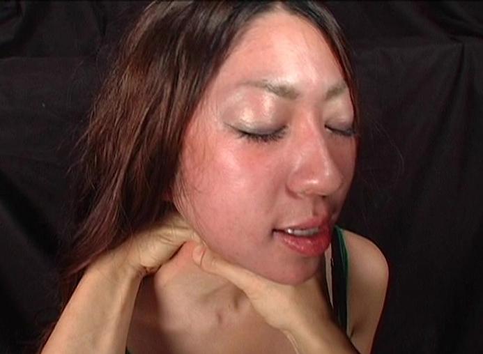本気で首絞め窒息プレイしてみた。おしっこ漏らしながらイキ果てるマゾ女優ゴムチューブやネクタイ、タオルで首絞めされ顔がうっ血する