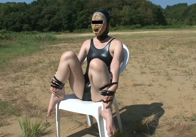 猛暑の中全頭マスクで呼吸制御される。野外での窒息プレイをする素人