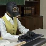 ガスマスクとラバーキャットスーツで出勤するOLが職場で電マオナニー