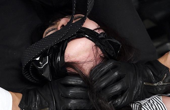 性格の悪い女上司傲慢女を首を絞めて犯す強制失禁動画首絞め