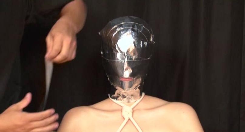 全頭マスク、水責め、真空パックで呼吸制御。窒息する女を緊縛責め