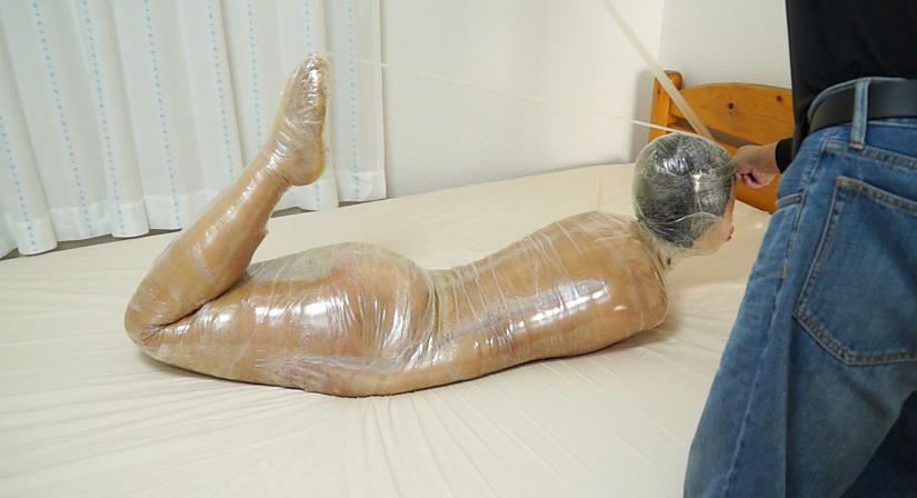 高沢沙耶のマミフィケーションプレイ。スタンガンと電マで責める拘束された巨乳女