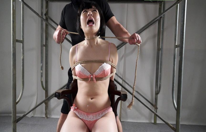 むちむちで色白の肌の卑猥な身体を持つ女を緊縛し首絞めする首絞め動画。失神や白目もある