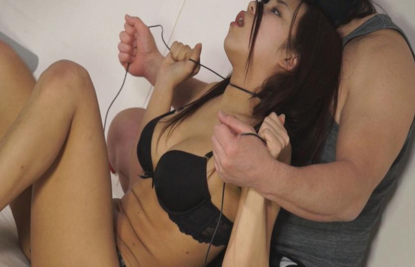高慢な女の首絞め動画失神白目映像